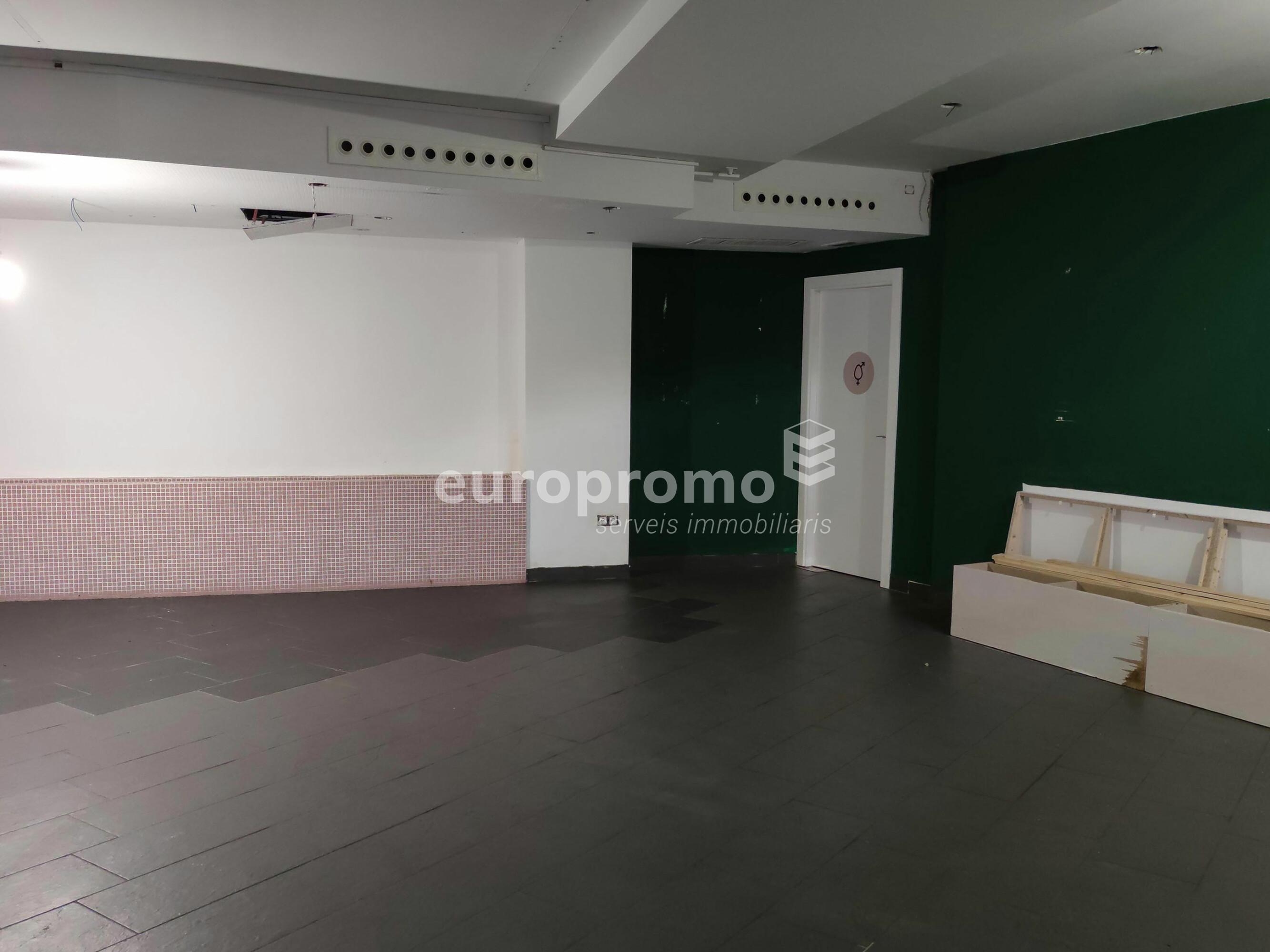 Local de 345 m² amb sortida de fums